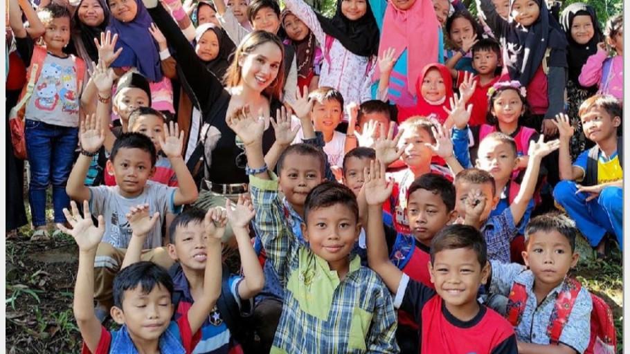 Prihatin Sekolah Online, Cinta Laura Blusukan ke Kaki Gunung Salak