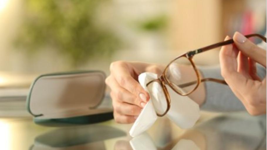 5 Cara Mudah Membersihkan Kacamata Agar Terhindar dari Virus